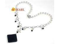 freshwater cultured white pearl necklace with agate pendant